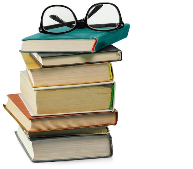 Pila de viejos libros aislados en blanco Foto Premium
