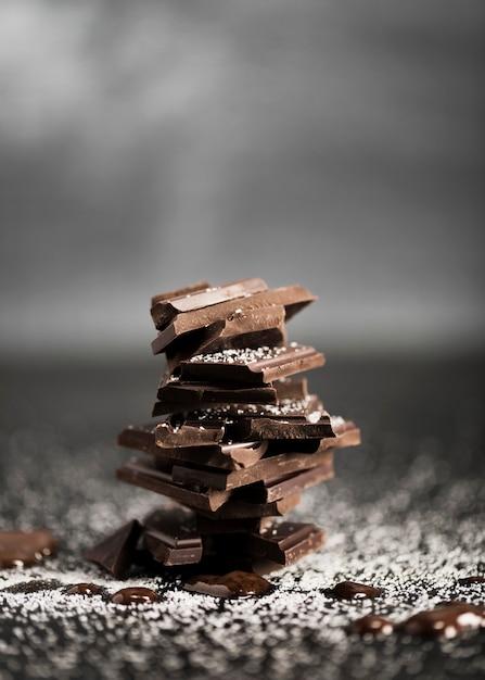 Pila de vista frontal de chocolate sólido Foto gratis