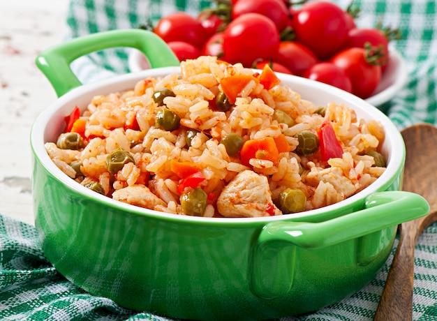 Pilaf con pollo, zanahoria y guisantes Foto Premium
