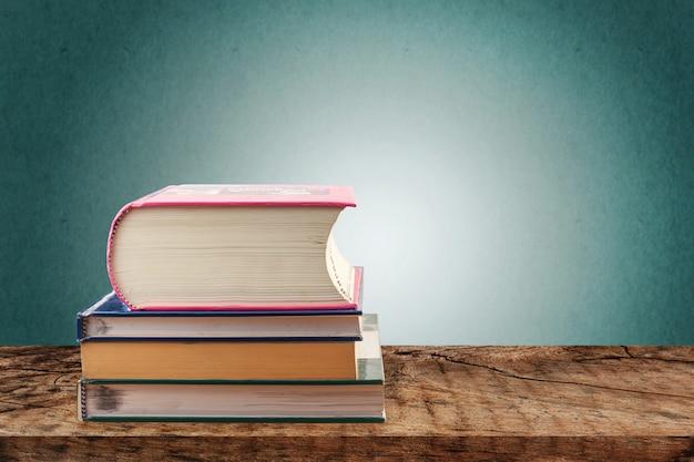 Pilas de libros en mesa de madera, concepto de regreso a la escuela Foto Premium