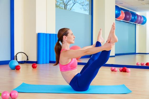 Pilates mujer abierta pierna rocker ejercicio entrenamiento Foto Premium