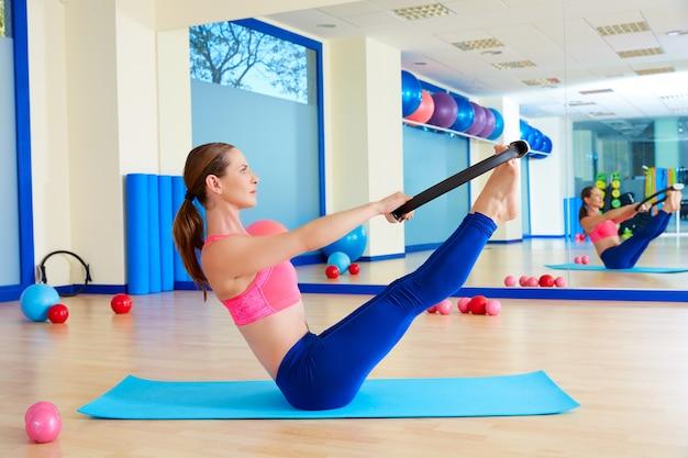 Pilates mujer teaser anillo mágico ejercicio entrenamiento Foto Premium