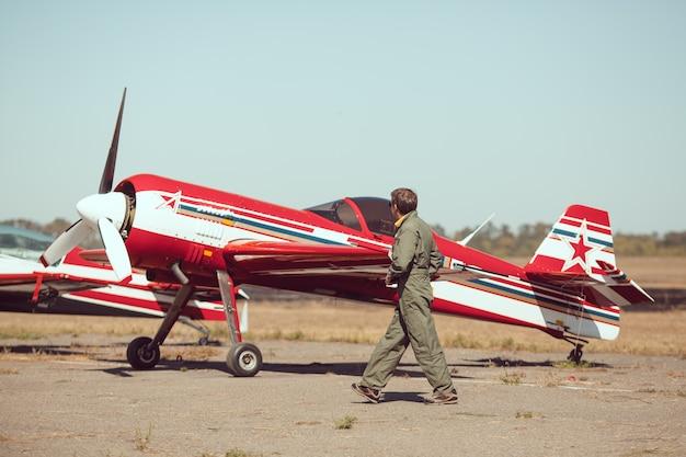 Piloto frente a avión vintage Foto Premium