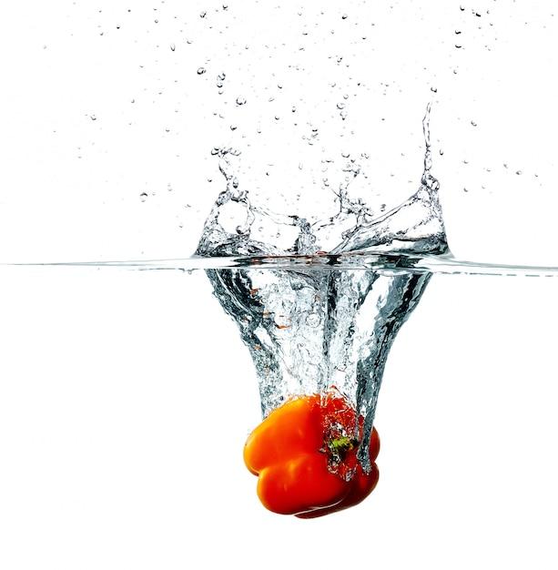Pimienta cae en agua Foto gratis