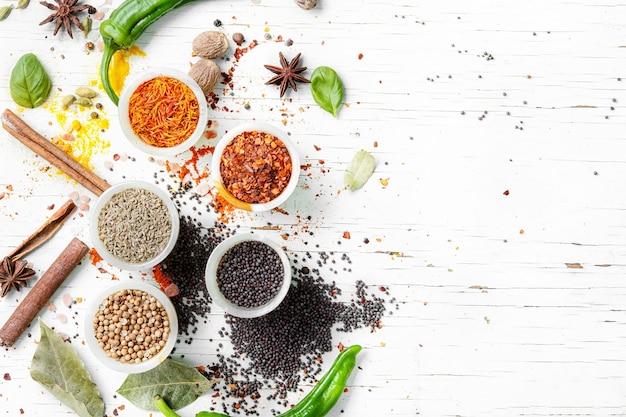 Pimienta en grano y especias indias Foto Premium