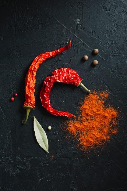 Pimientos rojos picantes y polvo plano picante Foto gratis