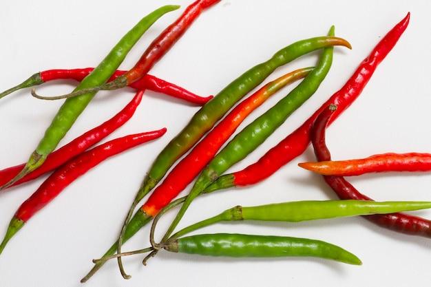 Pimientos rojos y verdes sobre fondo liso Foto gratis