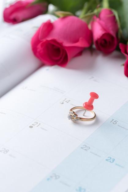 ddd02fc993ce Pin en el calendario con anillos de oro de la boda