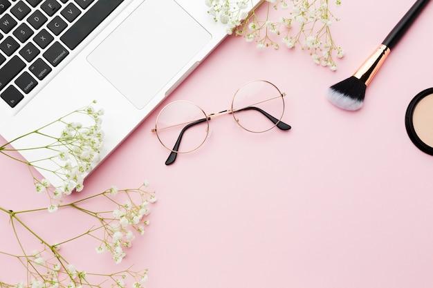 Pincel de maquillaje y vista superior del portátil Foto gratis