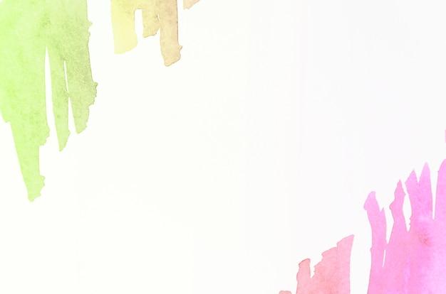 Pincelada de acuarela verde y rosa sobre fondo blanco Foto gratis