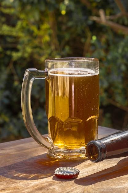 Pinta de alto ángulo con poca espuma encima de cerveza Foto gratis