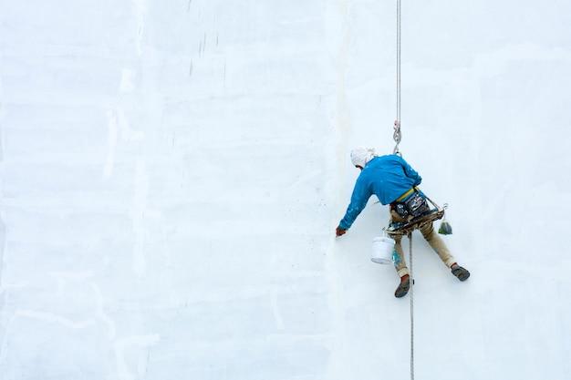 Pintor colgado en nuevo edificio blanco Foto Premium