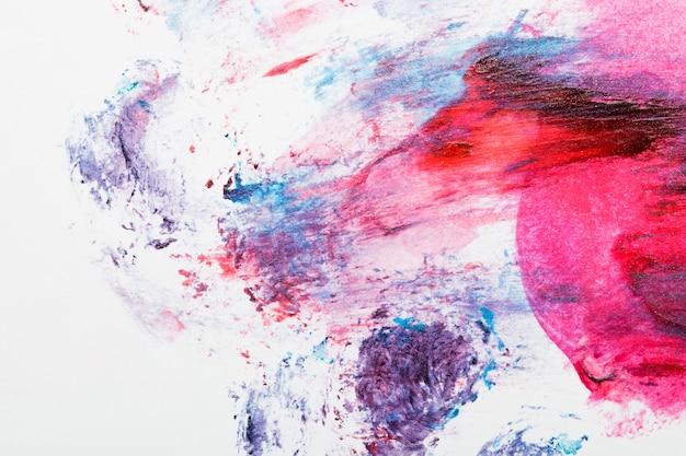 Pintura colorida dispersada sobre fondo blanco Foto gratis