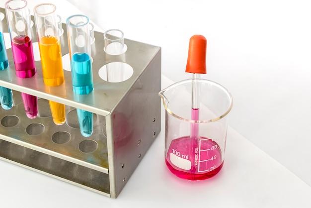 Pipeta de laboratorio con tubo de ensayo Foto gratis