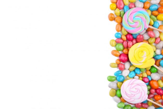 Piruletas de colores y dulces redondos de diferentes colores aislados Foto Premium