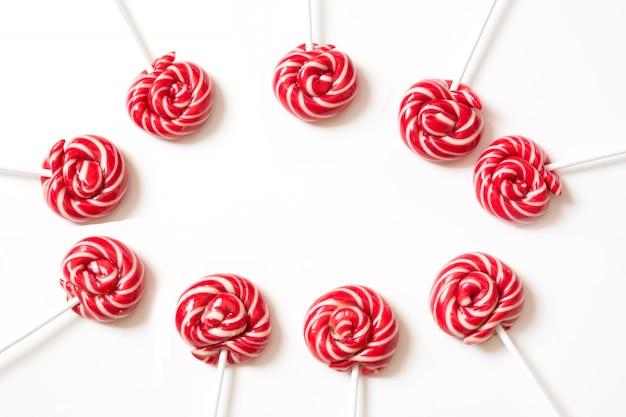 Piruletas dulces en blanco Foto Premium