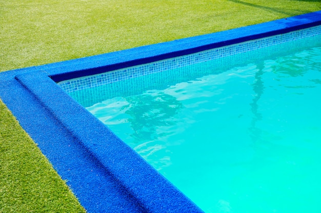 Piscina en el borde de la piscina es césped verde artificial Foto Premium