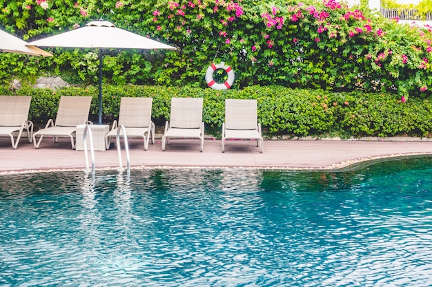 Piscina con hamacas detras descargar fotos gratis for Hamacas de piscina
