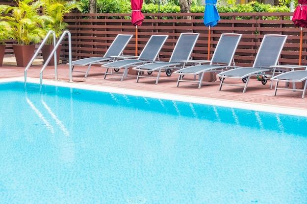 Piscina con hamacas ordenadas en fila descargar fotos gratis for Hamacas de piscina