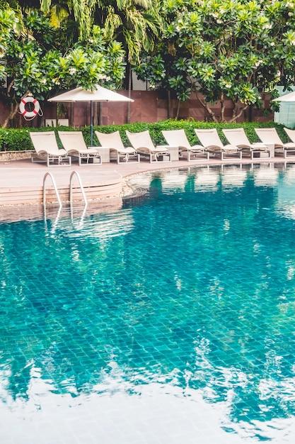 Piscina con hamacas descargar fotos gratis for Hamacas de piscina