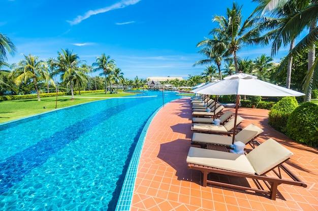 Piscina larga con zona de hamacas descargar fotos gratis for Hamacas de piscina