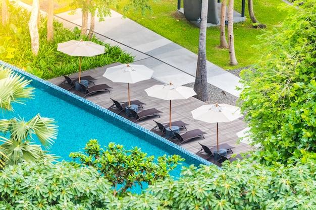 Piscina sombrillas y hamacas vistas desde arriba - Sombrillas para piscinas ...