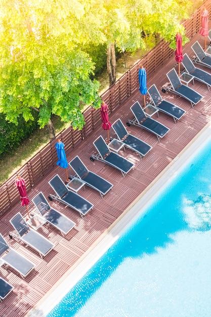 Piscina vista desde arriba con hamacas descargar fotos for Hamacas de piscina