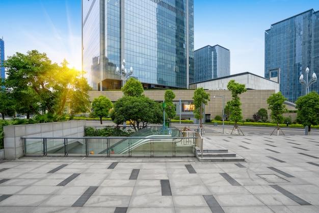 Pisos vacíos y edificios de oficinas en el centro financiero, chongqing, china Foto Premium