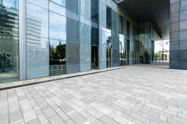 Pisos vacíos y edificios de oficinas en el centro financiero, qingdao, china Foto Premium