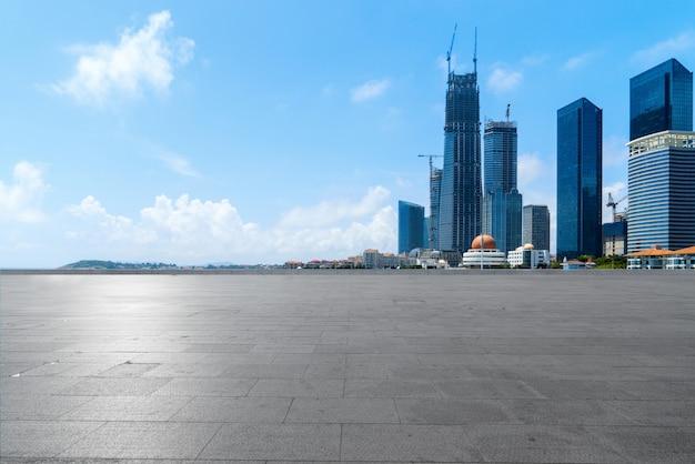 Pisos vacíos y horizonte urbano en qingdao, china Foto Premium