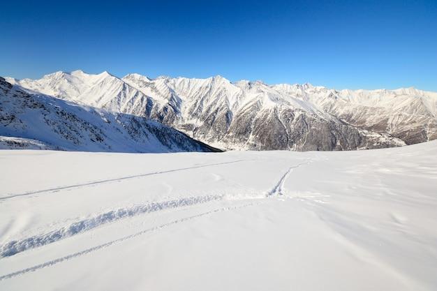 Pistas de esquí en invierno nieve polvo en los alpes Foto Premium