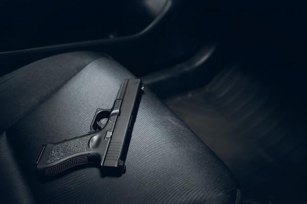 Pistola oculta en auto Foto Premium