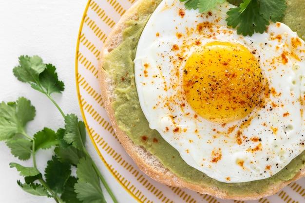 Pita de cerca con aguacate y huevo frito Foto gratis