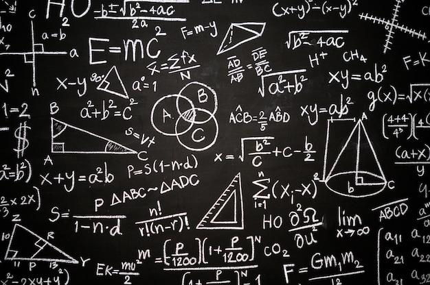 Pizarra inscrita con fórmulas y cálculos científicos. Foto gratis