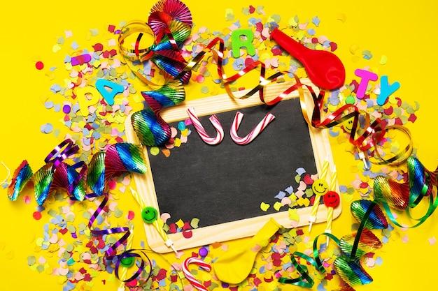 Pizarra negra con decoración festiva alrededor Foto Premium