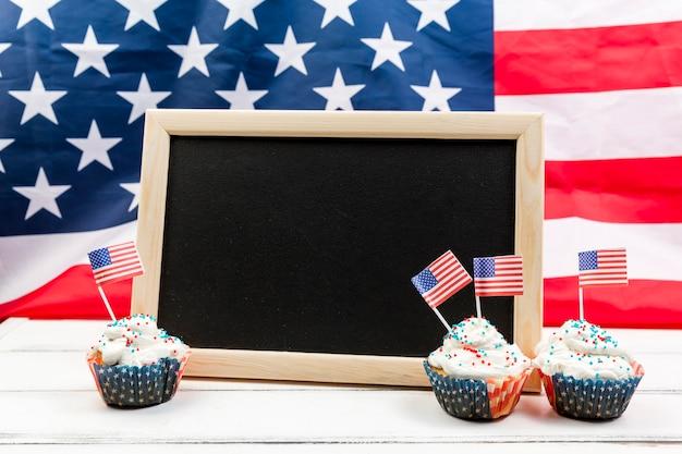 Pizarra y pasteles para el día de la independencia. Foto gratis