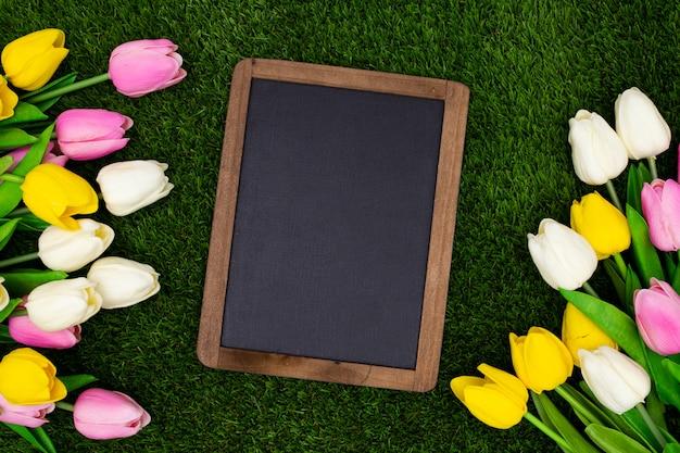 Pizarra sobre una hierba Foto gratis