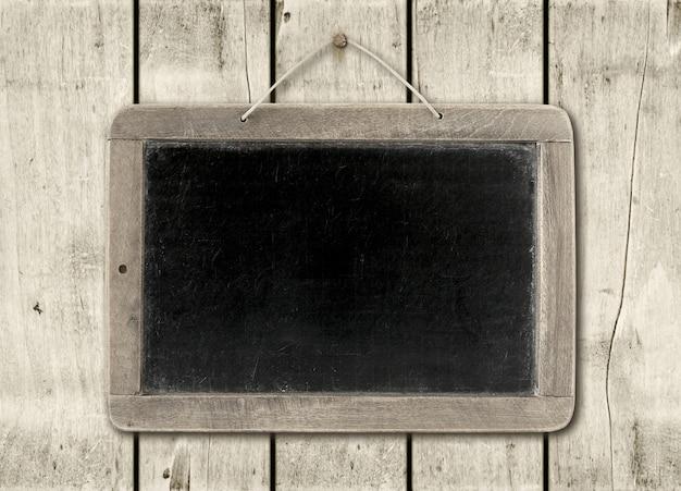 Pizarra sobre una pared de madera blanca Foto Premium