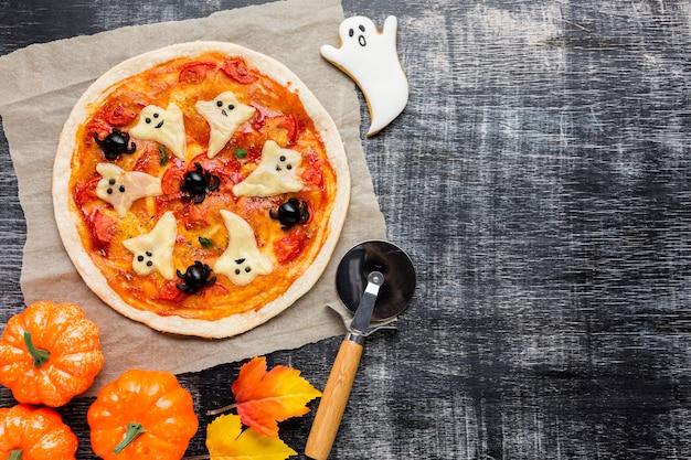 Pizza de halloween con fantasmas y calabazas Foto gratis