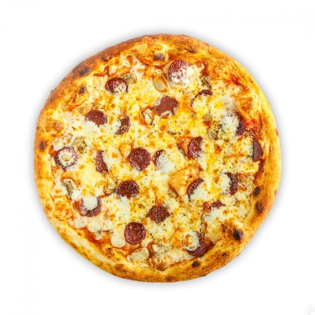 Pizza italiana casera con mozzarella, tomate, aceitunas y champiñones aislados sobre fondo blanco. vista superior Foto Premium
