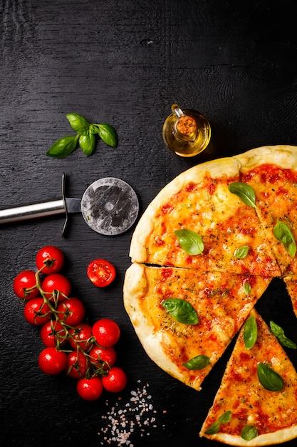 Pizza margarita con mozzarella Foto Premium