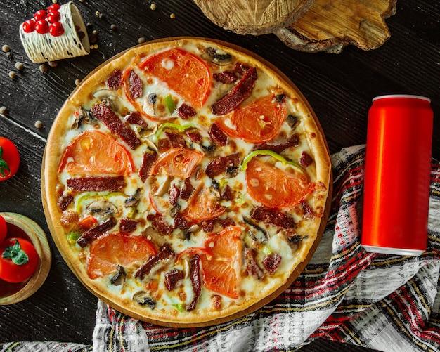 Pizza de pepperoni con rodajas de tomate, pimiento y champiñones Foto gratis