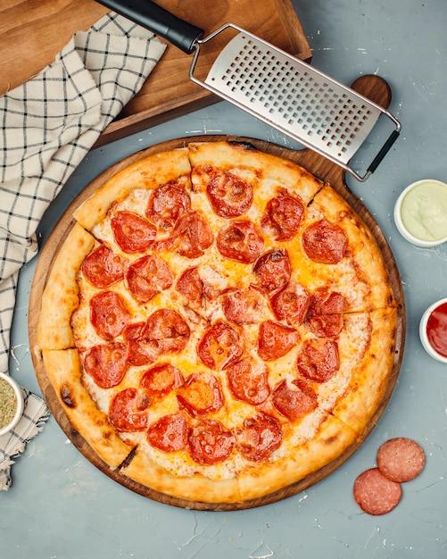 Pizza de pepperoni sobre la mesa Foto gratis