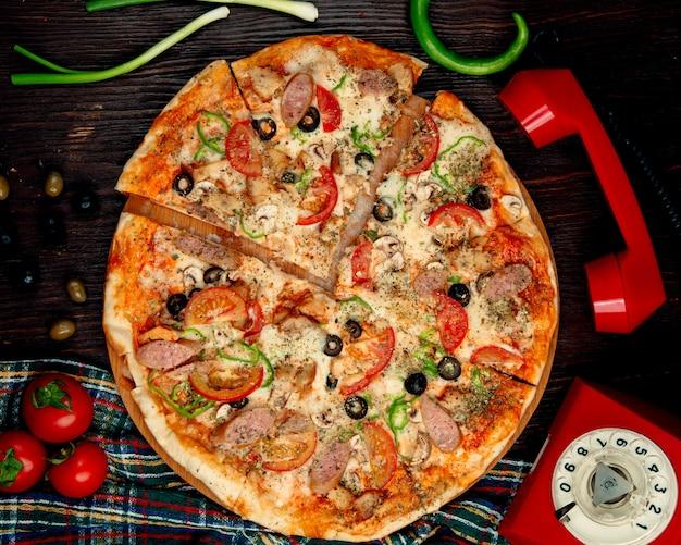 Pizza de salchicha italiana en la mesa Foto gratis