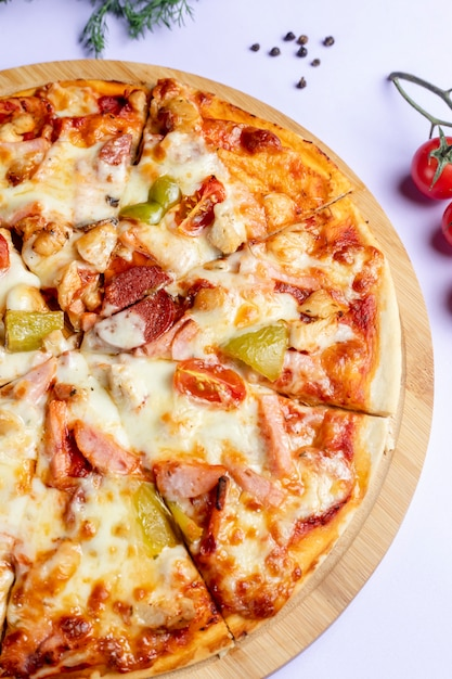 Pizza con salchichas y verduras Foto gratis