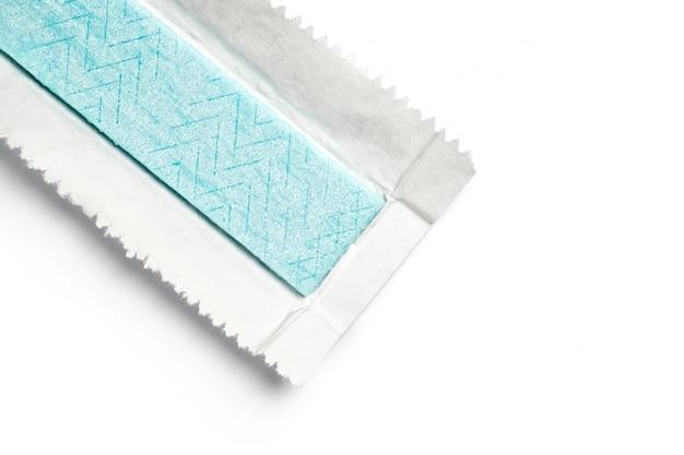 Placa de chicle envuelta en papel de aluminio aislado Foto Premium
