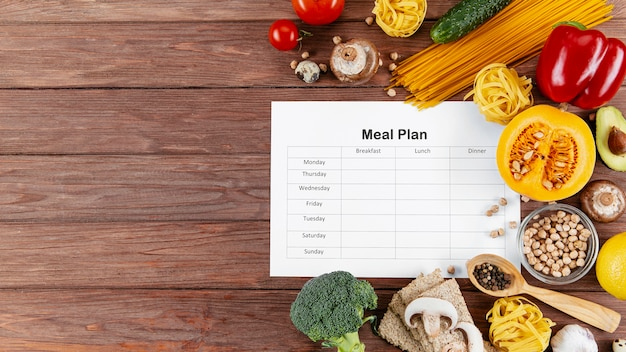 Plan de comidas con espacio de copia y muchas verduras y pastas. Foto Premium