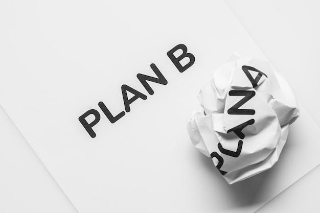 Plan de papel arrugado a y papel de hoja limpia plan b sobre fondo blanco. Foto Premium