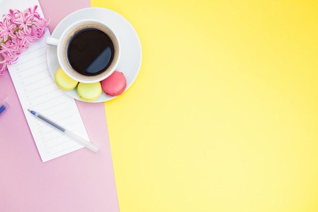 Plana creativa con taza de café y macarrones. Foto Premium