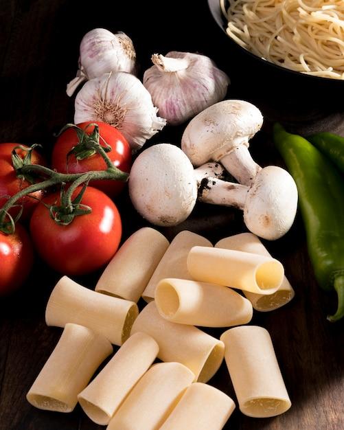 Plana pone verduras frescas para pasta Foto gratis